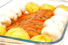 对蔬菜的厨师原始的准备好的三文鱼 库存图片