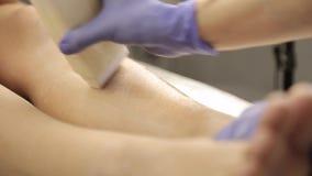 对蜡去壳做的美容师女性客户 股票录像
