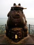 对蟾蜍的纪念碑 别尔江斯克,乌克兰的沿海岸区堤防 库存图片