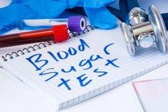 对血液的血糖测试计数做法生物化学的分析 有血液的实验室试验管、听诊器、污迹或者影片和g 免版税库存图片