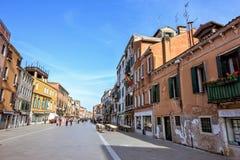 对街道的白天视图有人走和历史的archite的 免版税库存照片