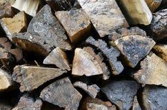 对被堆积的木柴的详细的看法 免版税库存照片
