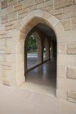对被成拱形的走廊的入口在大厦特写镜头之外 免版税图库摄影