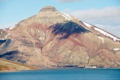 对被放弃的俄国北极解决Pyramiden的看法有以上面金字塔的形式自然山的,挪威 图库摄影
