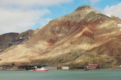 对被放弃的俄国北极解决Pyramiden的看法有以上面金字塔的形式自然山的,挪威 免版税图库摄影