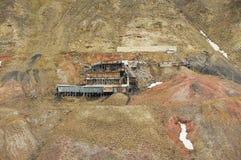 对被放弃的北极煤矿大厦的看法在倾斜在朗伊尔城,挪威 库存图片