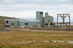对被放弃的北极煤矿设备的看法在朗伊尔城,挪威 免版税图库摄影
