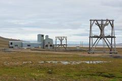 对被放弃的北极煤矿设备的看法在朗伊尔城,挪威 免版税库存照片