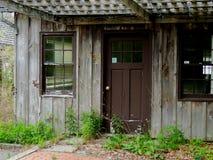 对被放弃的大厦的离开的词条 免版税库存照片