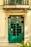对被放弃的大厦的绿色门在里斯本,葡萄牙2015年7月 免版税库存照片