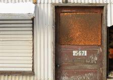 对被放弃的仓库的门 免版税图库摄影