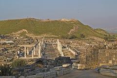 对被破坏的罗马寺庙古老柱子的全景在拜特 图库摄影