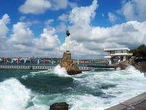 对被破坏的船的纪念碑在一场小风暴期间,黑海,塞瓦斯托波尔海湾,克里米亚 免版税库存照片