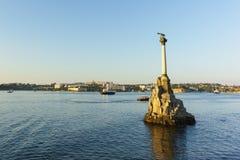对被破坏的船的纪念碑在塞瓦斯托波尔海湾 海上,帆船 日落 库存图片