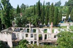 对被破坏的被放弃的旅舍露营地的鸟瞰图在新阿丰,阿布哈兹 库存图片