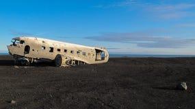 对被碰撞的飞机的残骸1973年美国海军的道格拉斯R4D达可它DC-3 C 117在Solheimsandur海滩的冰岛 免版税库存照片