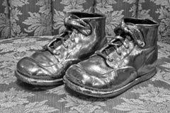 对被镀青铜的童鞋 库存照片