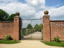 对被围住的庭院的门 免版税图库摄影