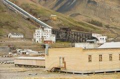 对被破坏的煤矿的看法在被放弃的俄国北极解决Pyramiden,挪威 免版税库存图片