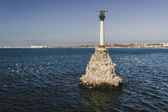 对被破坏的船的纪念碑下午 免版税库存图片