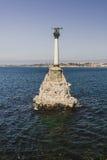 对被破坏的船的纪念碑在一天 免版税图库摄影
