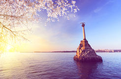 对被破坏的船的纪念碑在塞瓦斯托波尔的春天标志 免版税库存照片
