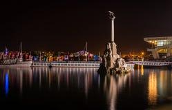 对被破坏的船的纪念碑在晚上 库存照片