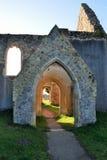 对被破坏的诺曼底教会的门道入口 库存图片