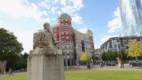 对西班牙画家在毕尔巴鄂艺术博物馆附近的伊廖齐Zuloaga的纪念碑 股票视频