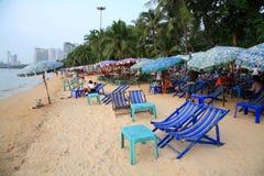 对观光和吃的轻便折叠躺椅在海滩 库存图片