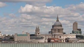 对视图的城市伦敦现代pauls st tate 库存照片