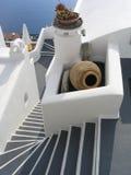 对视图的美好的希腊主导的santorini海运步& 免版税库存图片