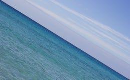 对角天际线蓝天和海 库存图片