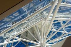 对角屋顶高视阔步摘要内部和蓝天 免版税图库摄影
