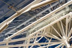 对角屋顶高视阔步摘要内部和蓝天 库存照片