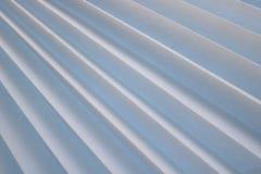 对角条纹纹理与一个阴影的,与三角弯曲的肋骨,轻的白色织品,与三角小条的纸边缘  库存照片