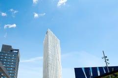 对角线零零的白色摩天大楼和蓝天在巴塞罗那,西班牙 库存图片
