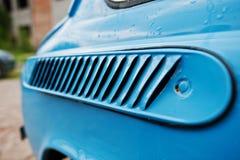 对角线louvred在一辆金属蓝色葡萄酒减速火箭的汽车的通风孔 免版税库存照片
