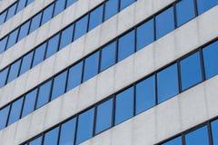 对角玻璃窗办公室bulding的背景 图库摄影