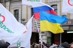 对讲话的妇女leastens在会议在白云母的抗议rotest显示的时期反对战争的在乌克兰 免版税库存图片