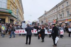 对讲话的妇女leastens在会议在白云母的抗议rotest显示的时期反对战争的在乌克兰 库存照片