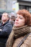对讲话的妇女leastens在会议在白云母的抗议rotest显示的时期反对战争的在乌克兰 图库摄影