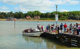 对设法许多的人民上轮渡在Fekixstowe穿过河Deben运送 免版税库存照片