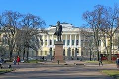 对诗人亚历山大・谢尔盖耶维奇・普希金的纪念碑在一个春日 库存照片