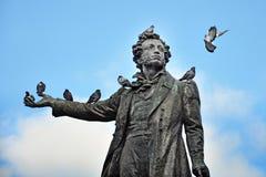 对诗人普希金的纪念碑有鸽子的 图库摄影