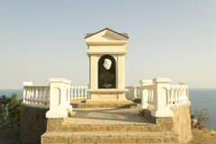 对诗人的纪念碑由海运的一个岩石的 免版税库存照片