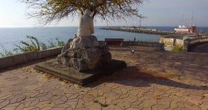 对诗人Yavorov的纪念碑波摩莱的堤防的在保加利亚 免版税库存图片