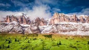 对谷的激动人心的景色在多雪的白云岩在春天,意大利 库存照片