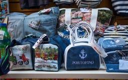 对象、纪念品和小配件在菲诺港购物,热那亚省,利古里亚海岸,意大利 库存照片