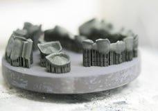 对象在金属3d打印机打印了在热治疗synterization以后 库存图片